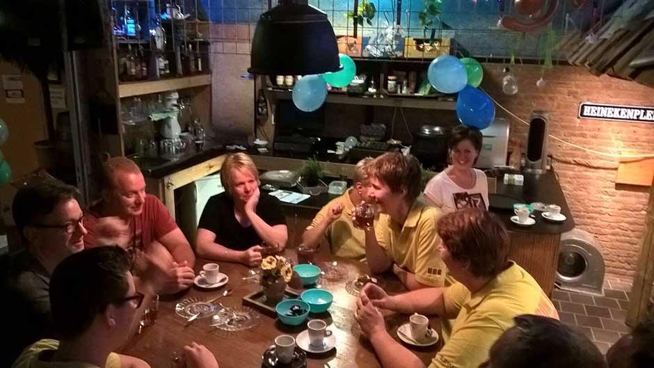 Officiële start Bon-bini, leden en sponsors aan de koffie met gebak.