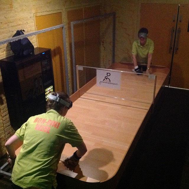 Spelers van Bonbini in actie met de nieuwe tafel. (foto 1)