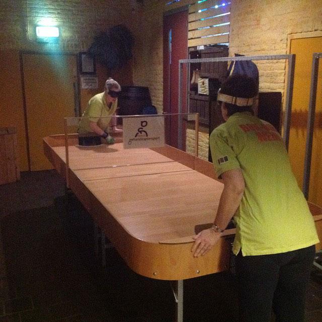 Spelers van Bonbini in actie met de nieuwe tafel. (foto 2)