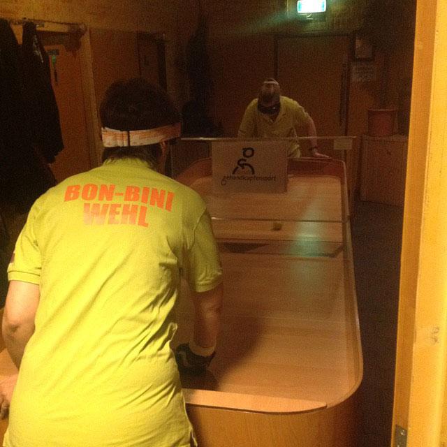 Spelers van Bonbini in actie met de nieuwe tafel. (foto 3)