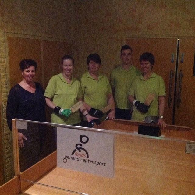 Groepsfoto met vrijwilliger (Saskia ontbreekt op de foto)