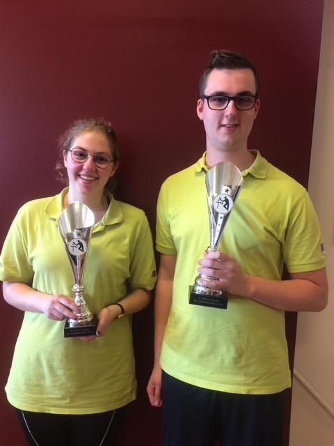 Marthe en Twan met de gewonnen bekers