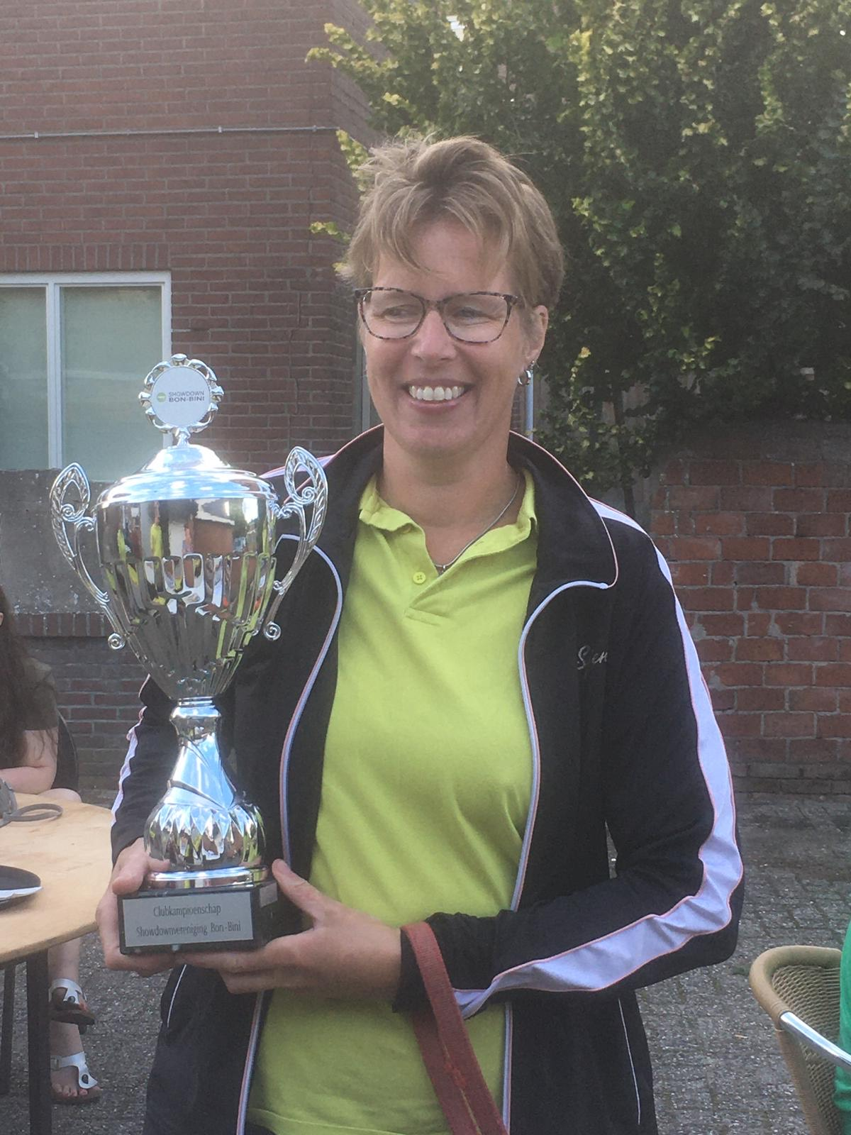 Trotse clubkampioen Ingrid met de grote beker.